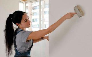 Обои под покраску на потолок: фото флизелиновых, можно ли клеить на водоэмульсионную краску, отзывы, как наклеить