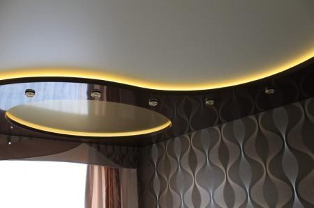 Двухуровневый потолок в гостиной: фото многоуровневых