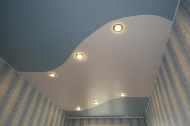 Потолок натяжной двухцветный: фото комбинированных из двух цветов, спайки варианты, станок