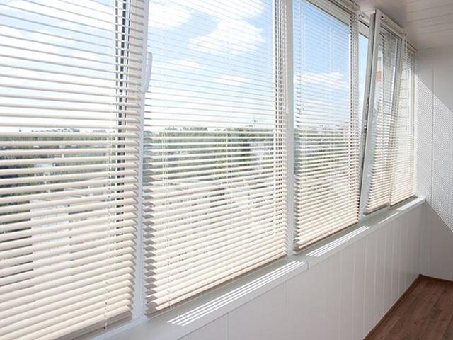 Жалюзи на балкон: какие лучше, фото, лоджия с раздвижными окнами, горизонтальные как выбрать, вертикальные