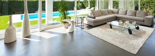 Плитка для гостиной на пол: фото на стене, керамический напольный кафель, зеркальный дизайн в интерьере