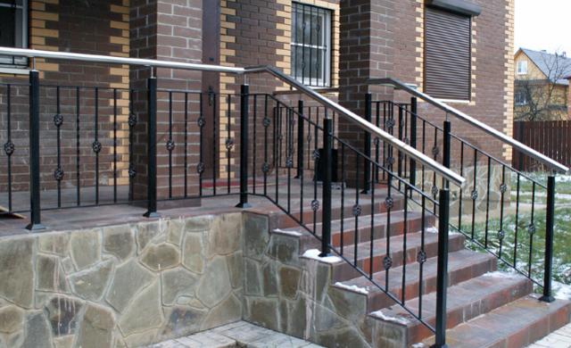Кованые ограждения лестницы: фото элементов, с забежными ступенями, своими руками