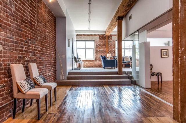 Прихожая в стиле лофт: коридора фото, интерьер с мебелью, дизайн квартиры, маленькие банкетки и вешалка