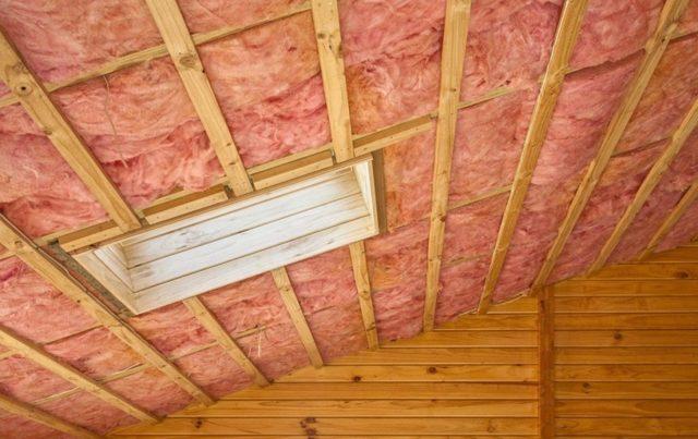 Утепление потолка: как правильно под холодной крышей, видео как утеплить своими руками, строительство и монтаж конструкции изнутри, ремонт и укладка утеплителя, как закрепить снизу