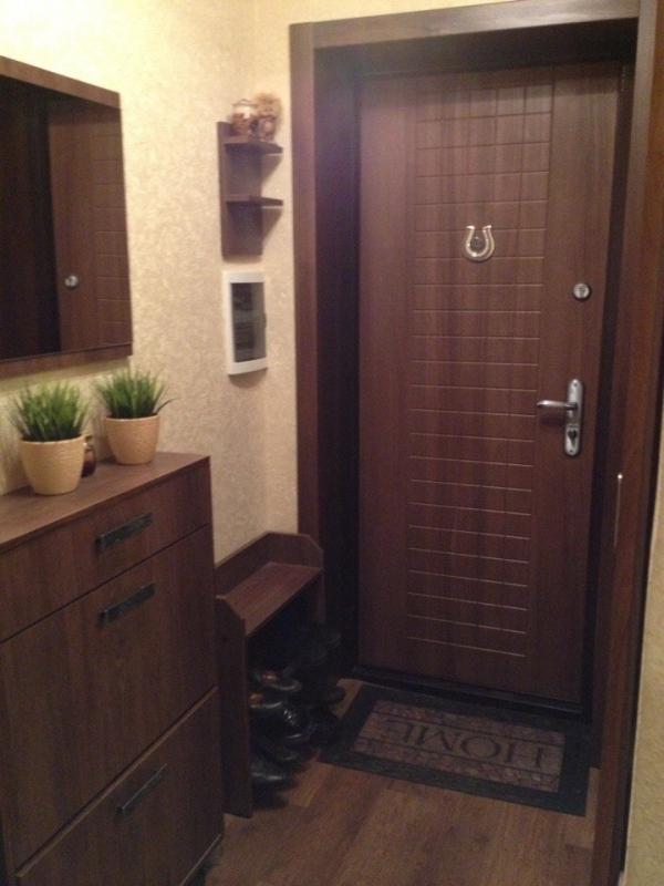 Фото прихожей квартиры: коридор в доме, коммунальные три комнаты, два окна, балкон и картинки однокомнатной квартиры