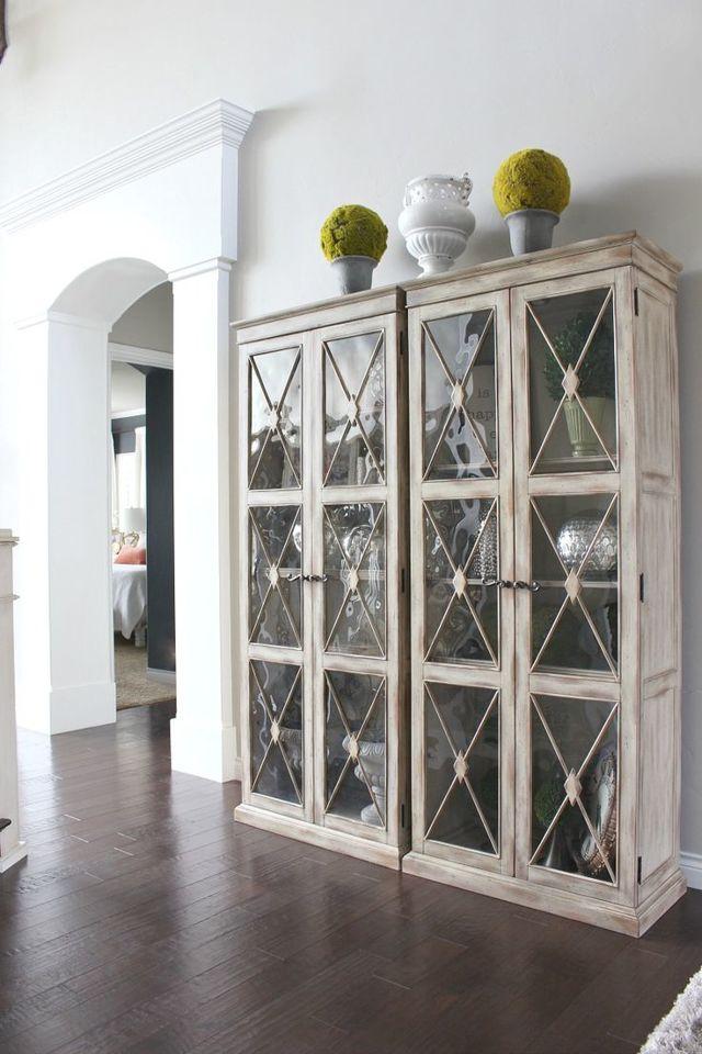 Угловая витрина для гостиной: посуда стеклянная, шкаф в современном интерьере, белой витрины фото