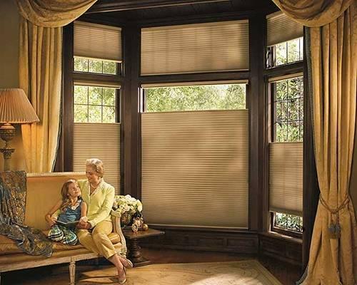 Шторы на окна: зал и спальня с балконной дверью, фото, гостиная комната, красивый тюль на окно и жалюзи