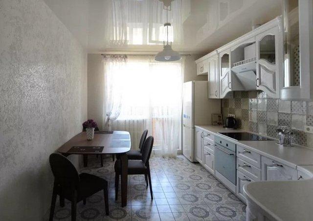 Фото штор на кухню с балконной дверью: дизайн занавесок, тюль для выхода на балкон, оформление окна