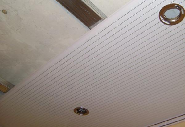 Потолки из пластиковых панелей: своими руками, видео, размеры и фото, со стыками