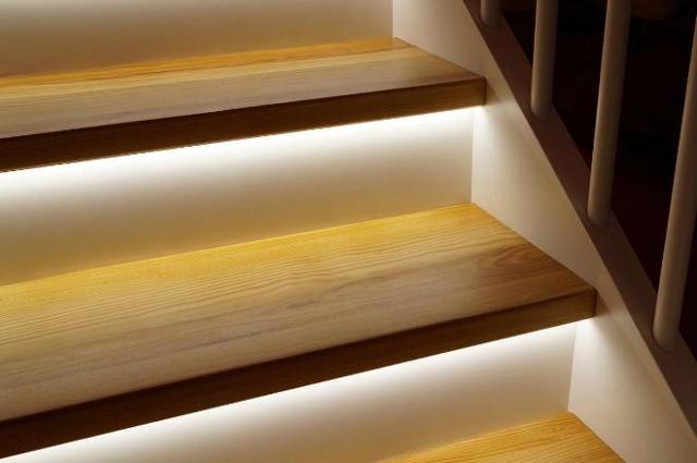 Подсветка ступеней лестницы: светильники и длинные люстры для пролетов, светодиодная лента и фото, автоматика