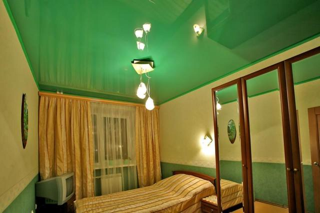 Освещение в спальне с натяжными потолками фото: с подсветкой, свет с точечными светильниками