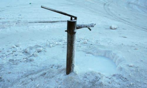 как утеплить скважину на зиму своими руками: какое утепление, консервация на улице, на высоком уровне грунтовых вод