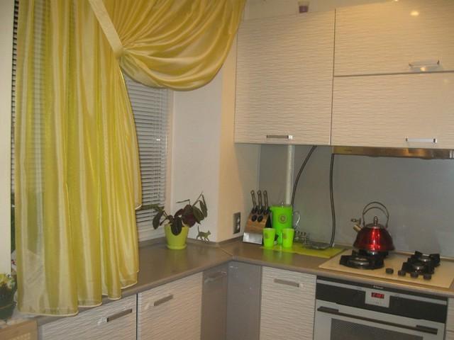 Шторы на кухню: фото занавесок, красивый кухонный дизайн, оформление окна гардинами, рисунки в клетку в интерьере