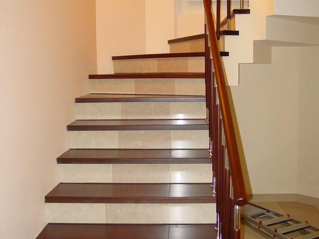 Отделка лестницы: облицовка ламинатом, фото покрытия для ступеней, резина в доме нескользящая, деревянная лестница