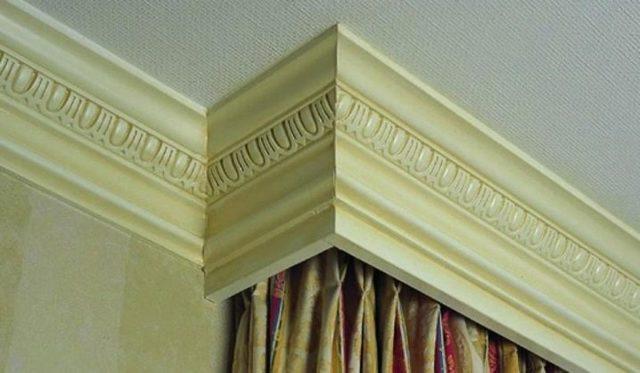 Как крепить потолочный карниз к потолку: на каком расстоянии вешать, чем закрепить и на какой высоте, как установить на подвесной из пластика