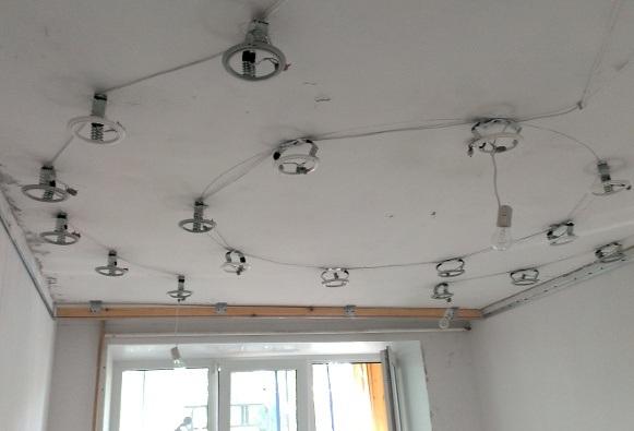 Как повесить люстру на натяжной потолок: крепление, видео установки своими руками, планка, монтаж