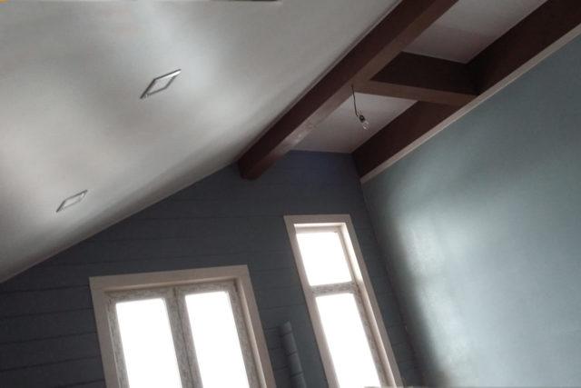 Натяжные потолки в деревянном доме фото: отзывы на даче зимой, на перекрытие плюсы и минусы, можно ли делать