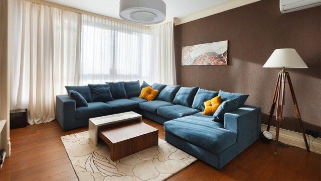 Зал в бело-синем: интерьер гостиной в коричневых тонах, темный цвет оформления, фото и украшение стен