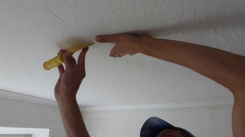Как клеить обои на потолок: самостоятельно как правильно, видео как одному, вдоль или поперек, своими руками, какие лучше