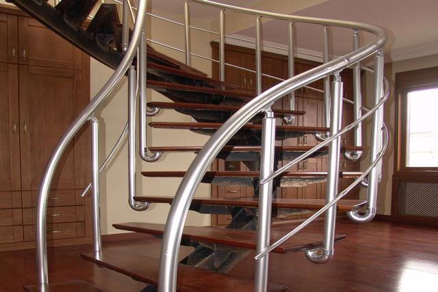 Перила из металла для лестницы фото: металлические своими руками, хромированные и железные, алюминиевые