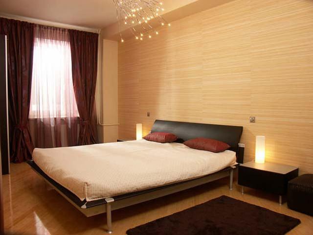 Интерьер спальни с двумя видами обоев: как поклеить, фото, сочетание двух видов и цветов, подбор компаньонов