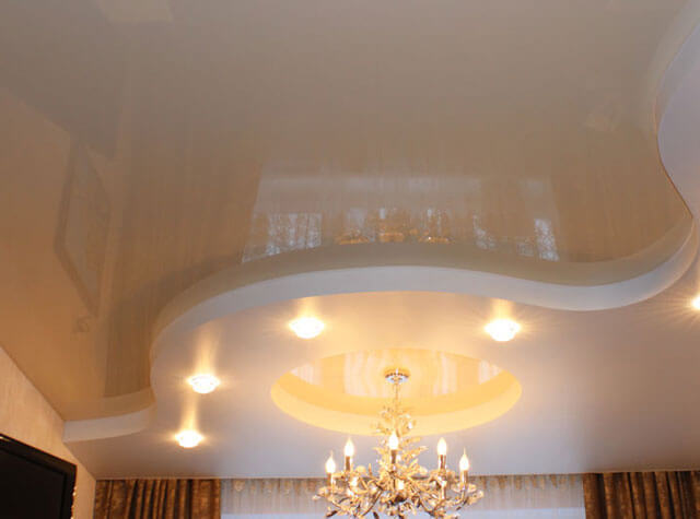 Освещение в гостиной с натяжными потолками: варианты с точечным, фото в детской комнате, примеры с глянцевым, видео дизайна, виды светодиодного