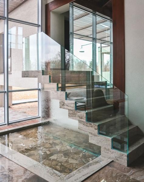 Стеклянные лестницы: стеклопластиковая с металлом и деревянными ступенями, фото, на второй этаж, изготовление из ЛСП
