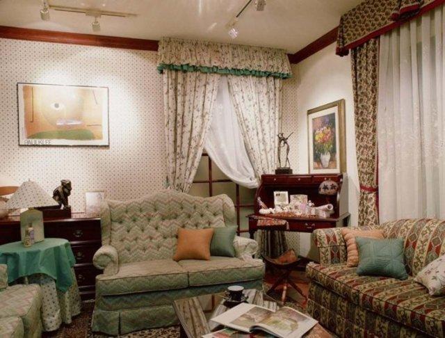 Красные шторы: обои в интерьере гостиной, фото, бордовые на кухню и в спальню, занавески в терракотовых тонах