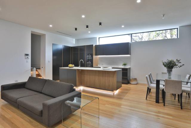 Интерьер кухни-гостиной в частном доме фото: дизайн и совмещение столовой, планировка зала
