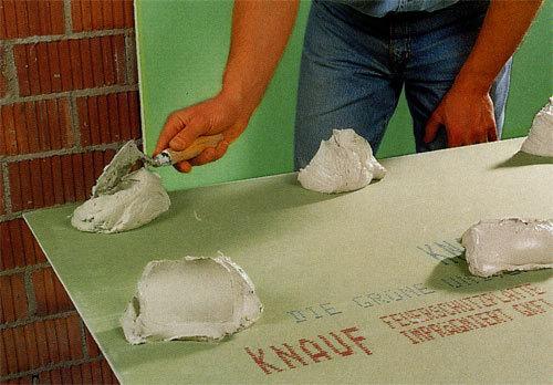 Выравнивание стен гипсокартоном без каркаса: в ванной под плитку, своими руками на клей, как с помощью ГКЛ без профиля
