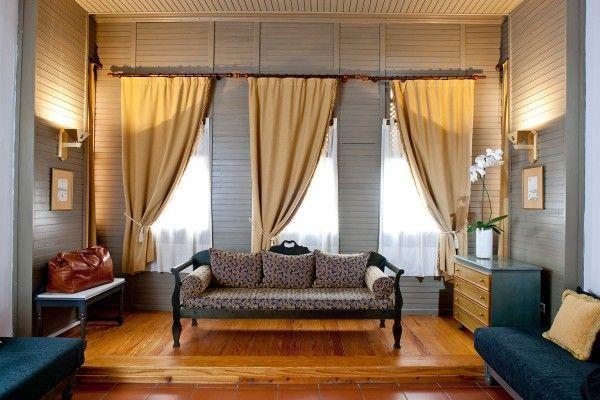 Угловые шторы: карнизы в комнату, дизайн гостиной с двумя и тремя окнами, фото, гардины в пол в интерьере