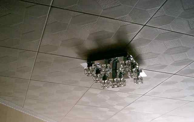 Как клеить плитку на потолок: как выложить на неровный, видео укладки, ремонт в комнате, как правильно снять и отделать пластиковой, как разметить керамическую