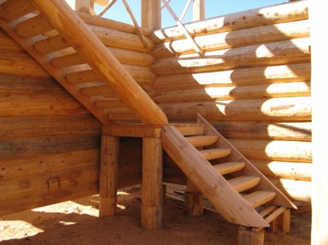Лестницы из бревен: фото в доме, видео как своими руками, рубленные как сделать, из оцилиндрованного на второй этаж, примеры из дикого, готовая наружная
