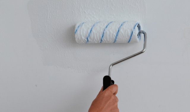 Можно ли клеить обои на водоэмульсионную краску: покраска и видео, как поклеить на вододисперсионную