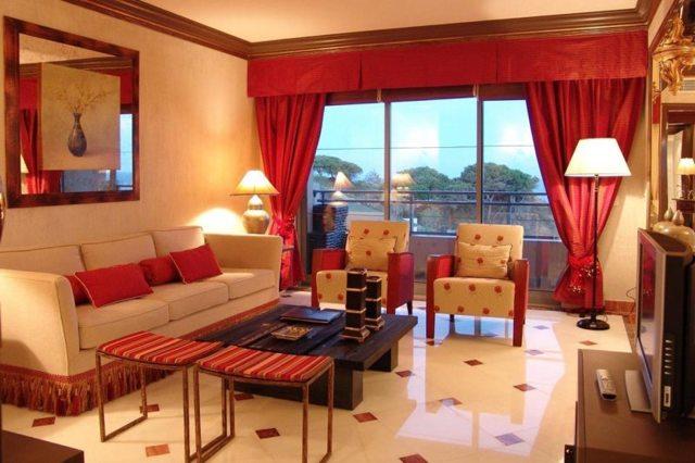 Красно-белый зал фото: интерьер в цвете черном, гостиная с синим оформлением, тона белые, новые стены
