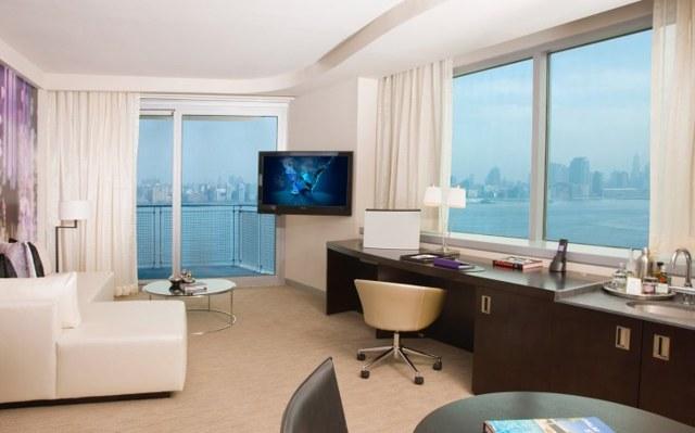 Шторы на два окна: в гостиную и зал, фото, дизайн комнаты с 2 окнами с простенком, на разных стенах, студия