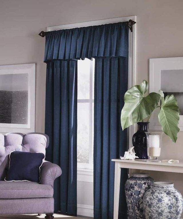 Синие шторы: темные и голубые в интерьере, фото с диваном в гостиной, занавески для спальни и дизайн в цвете