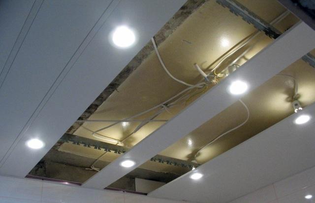 Металлические потолки: Албес декоративный в ванную, из панелей, фото монтажа cesal, наборный и панельный из реек, перфорированные в комнату, как разобрать сайдинг