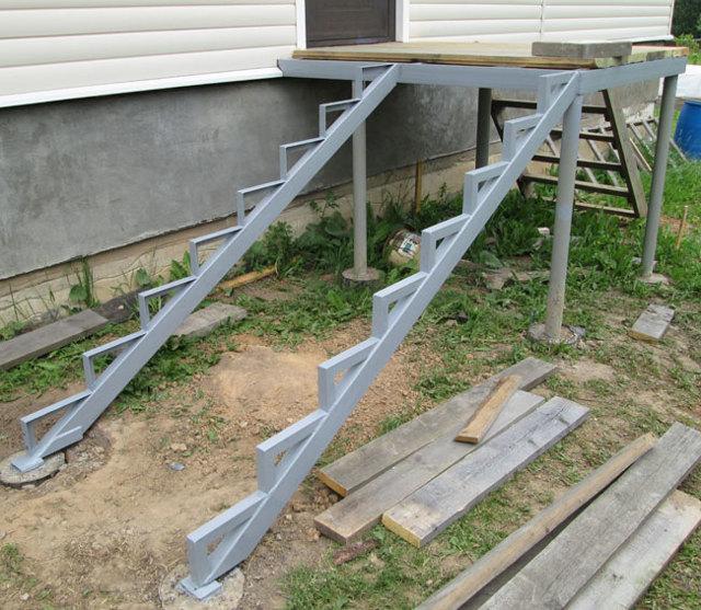 Лестница на крыльцо из металла: на металлическом каркасе своими руками, готовые с поворотом, фото