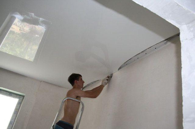 Что сначала делают натяжной потолок или клеят обои: до или после поклейки, ремонт, что вперед, видео