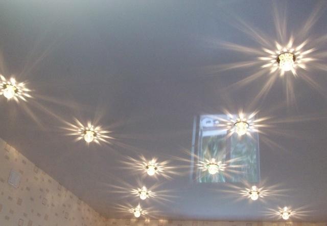 Глянцевый натяжной потолок: фото, как ухаживать, плюсы и минусы белых, отзывы