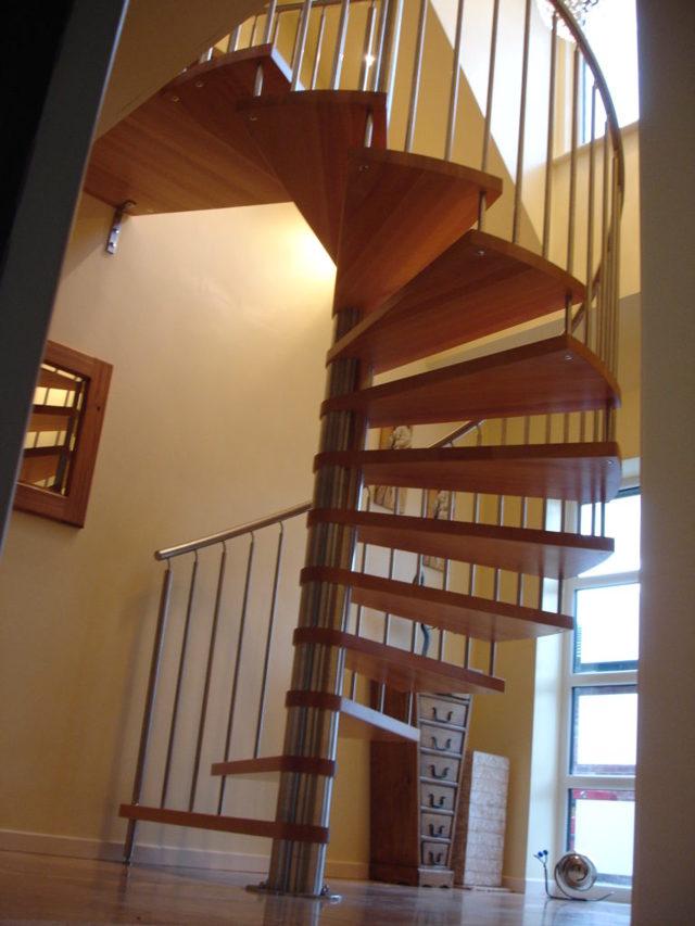 Винтовая лестница своими руками из дерева и чертежи: деревянная на второй этаж, фото из бревна своими руками