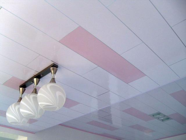 Пластиковый потолок: фото плит, виды уголков и деталей, размеры для интерьера, вреден ли