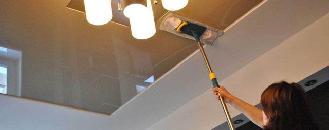 Чем мыть глянцевые натяжные потолки без разводов: как почистить без разводов, видео, пятна на потолке