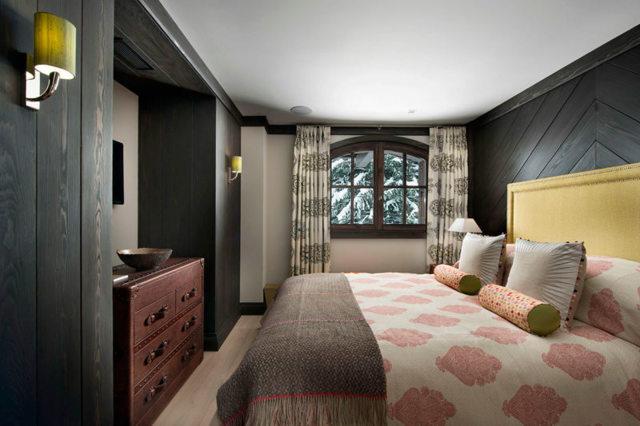 Хай-тек стиль в спальне: дизайн и фото, гарнитур в интерьере, мебель и обои, шторы белые, ремонт и оформление