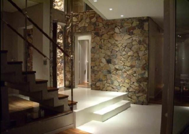 Отделка прихожей декоративным камнем и обоями фото: под кирпич, каменные и кирпичиками