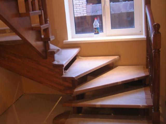 Поворотная лестница: 90 градусов на второй этаж, 180 ступеней, конструкция и чертеж, фото деревянной площадки