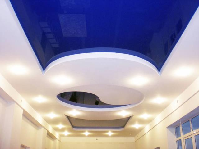 Натяжной потолок для зала фото: двухуровневые с фотопечатью, люстры, матовые многоуровневые
