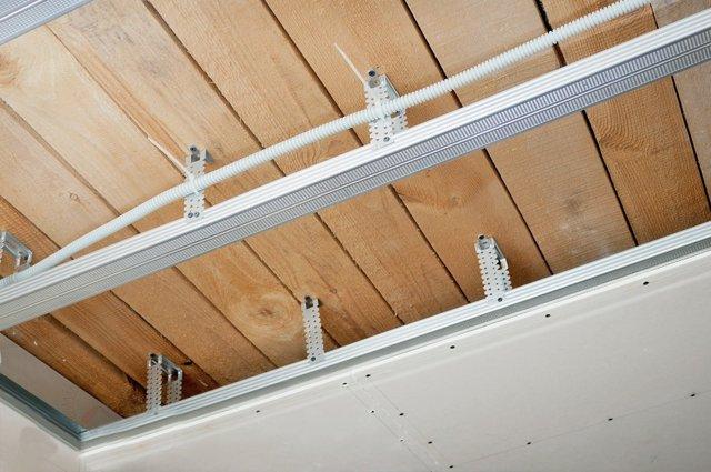 Как подшить потолок гипсокартоном видео урок