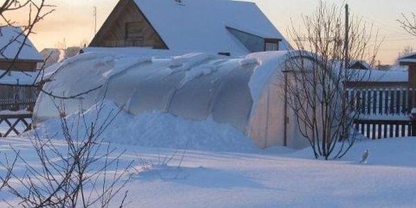 Закрывать ли теплицу на зиму: открыть дверь нужно, сделать открытие окна в помещении, лучше закрыть открыватель
